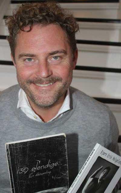 Bjørn Erik Helgeland med de 2 diktsamlingene han har skrevet.